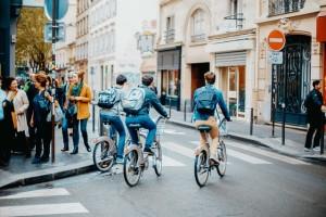 mensen die fietsen