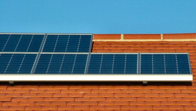 Zonnepanelen op een dak